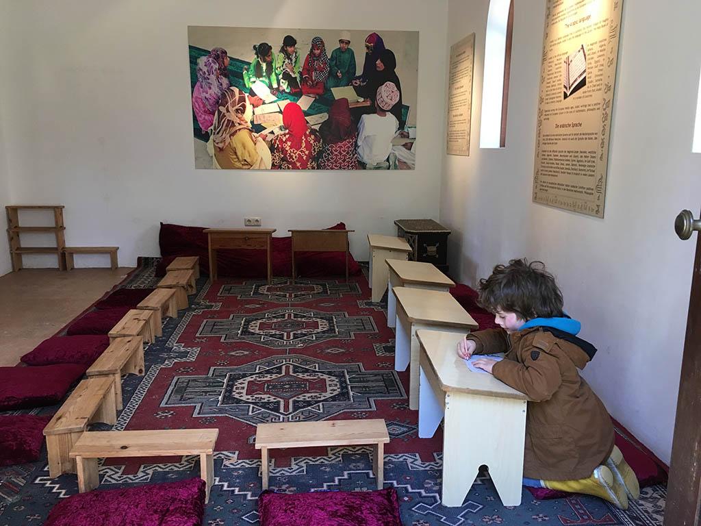In de moskee leert Mats de beginselen van het Arabisch schrift.