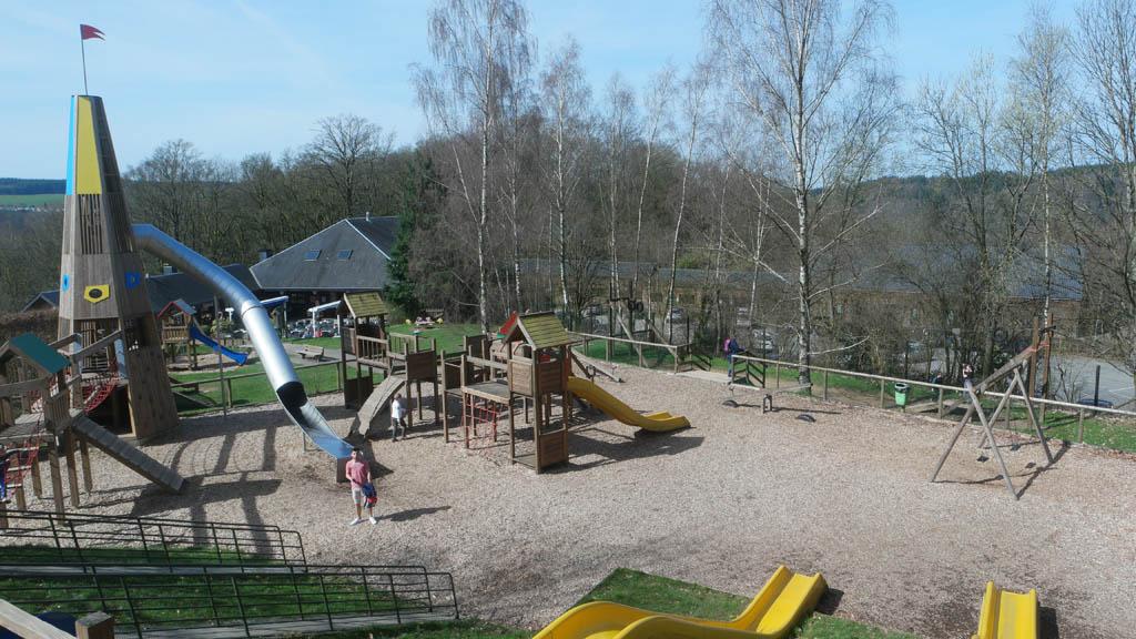 De speeltuin van bovenaf gezien.