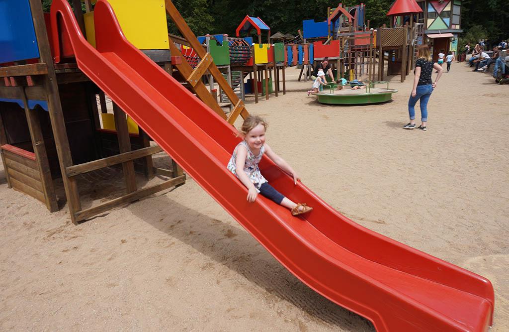 Glijden in de speeltuin van Parc Merveilleux