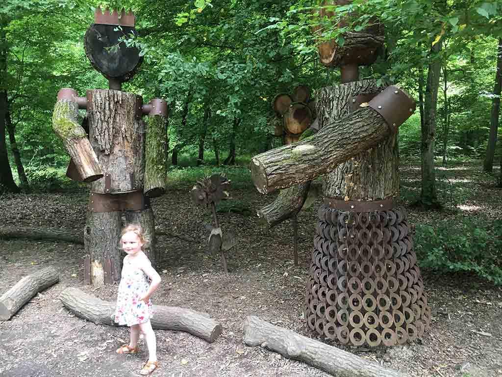 Onderweg komen we deze houten beelden tegen