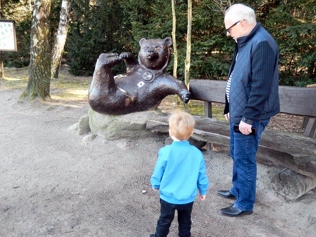 Matteo begrijpt geen snars van die rare pratende bruine beer de hele tijd