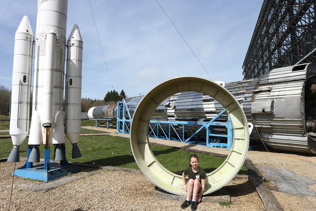 Voor de deur van het Euro Space Center zien we al allerlei ruimtevaart dingen liggen.
