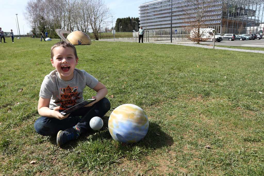 In een van de game zones staan planeten op schaal. Camiel spot onze aarde met de maan.