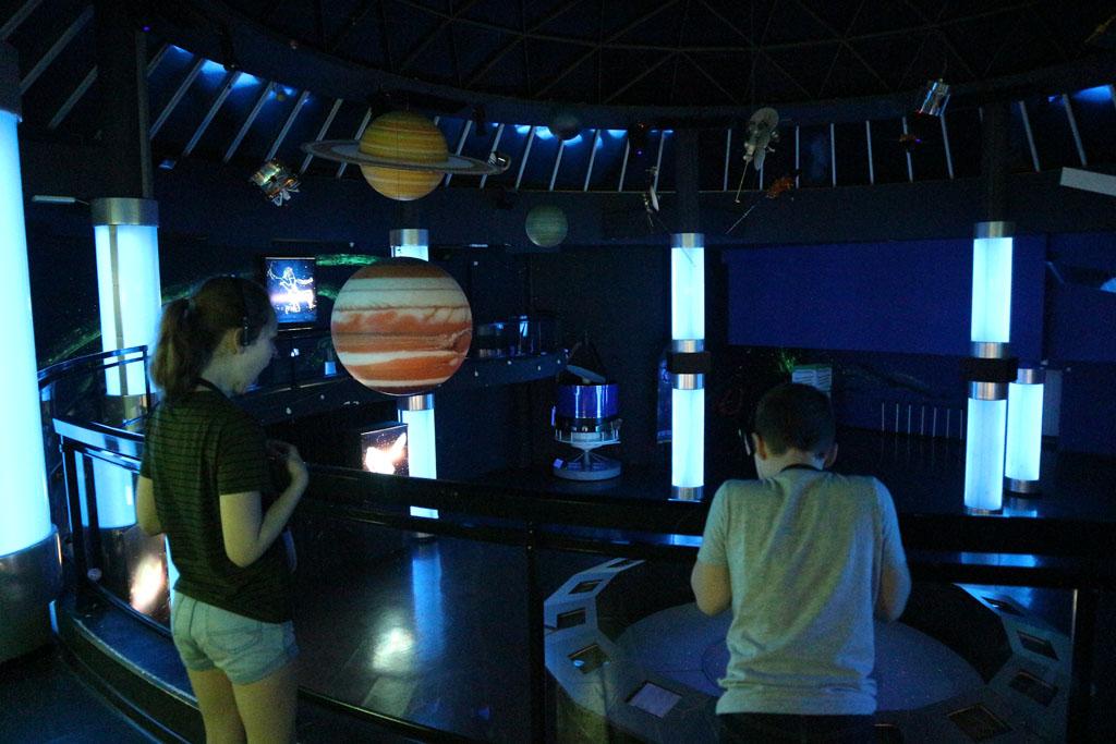 Uitleg over het sterrenstelsel en de ideeën over de positie van de aarde daarin in de loop van de eeuwen.