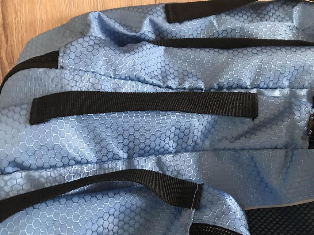 Alle packing cubes hebben een hengsel, hierdoor zijn ze makkelijk te pakken.