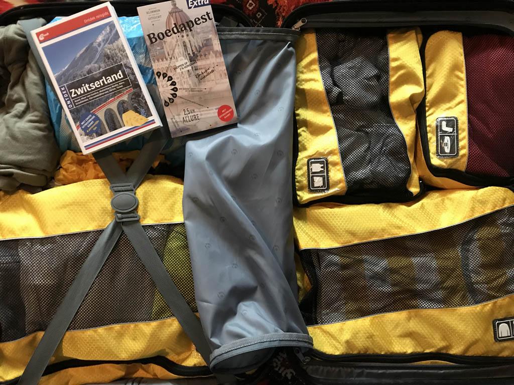De packing cubes in een grotere koffer. Ook tijdens onze Interrail reis.