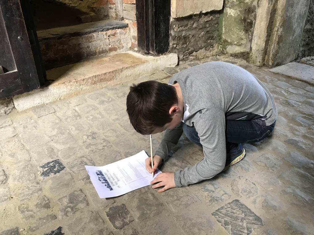 Bij elke opdracht moet hij een tekening maken.