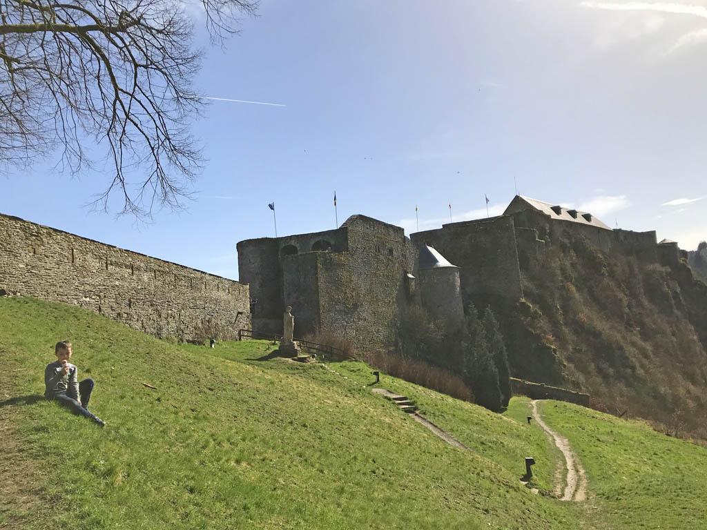 Het kasteel van Bouillon ligt bovenop een rots.