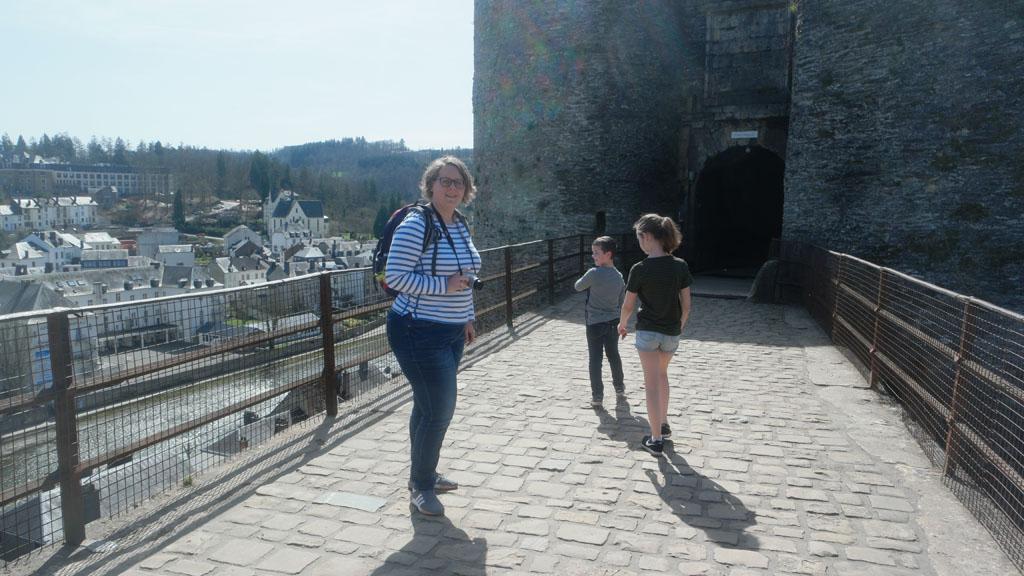 Op een van de bruggen die naar het kasteel gaan.