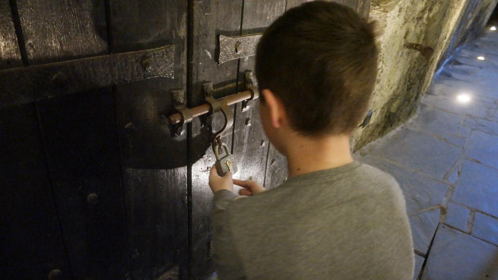 De deur openen naar de ruimte waar de schatkist te vinden is.