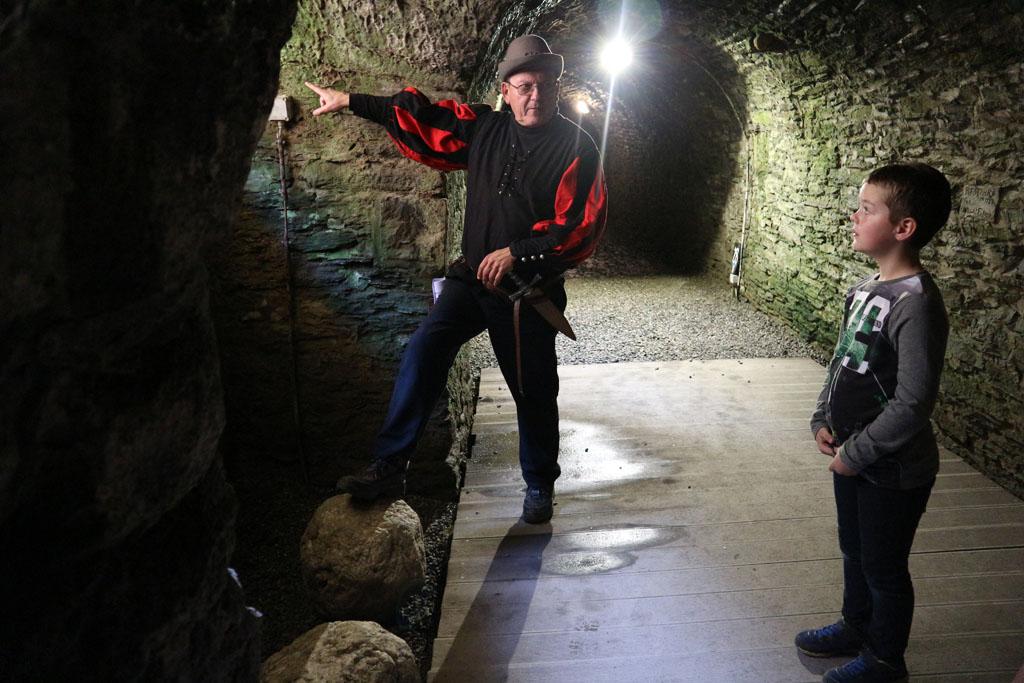 's Avonds gaan bezoekers met fakkels door de ondergrondse gangen.