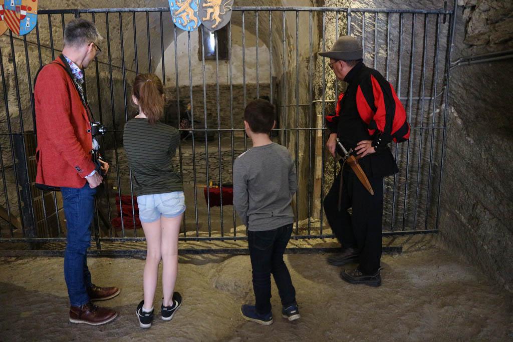 Wij lopen met een gids door het kasteel, maar ook een audioguide geeft veel meer informatie.