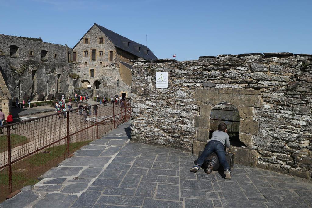 Camiel vindt het kasteel echt fantastisch: goede verhalen, speuren en kanonnen.