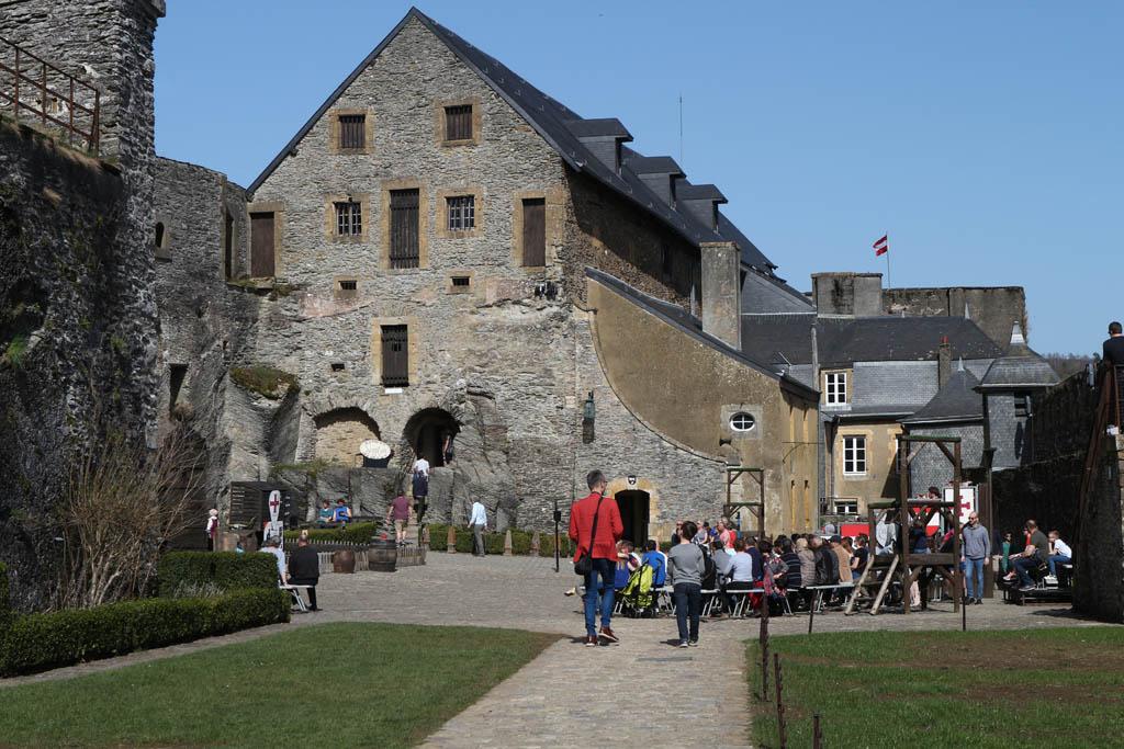 De roofvogelshow is op de binnenplaats van het kasteel.