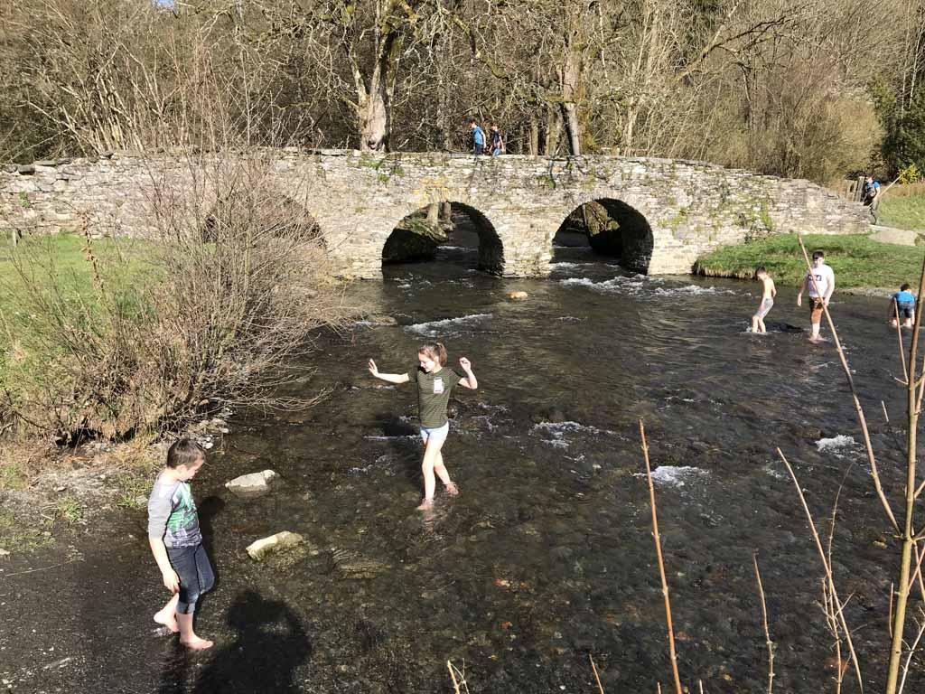 Het riviertje ligt op een minuut lopen van de accommodatie.