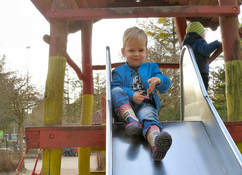 Matteo glijdt erop los in een van de vele speeltuinen