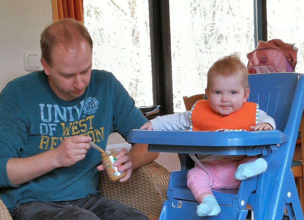 Olivia zit heerlijk in de kinderstoel