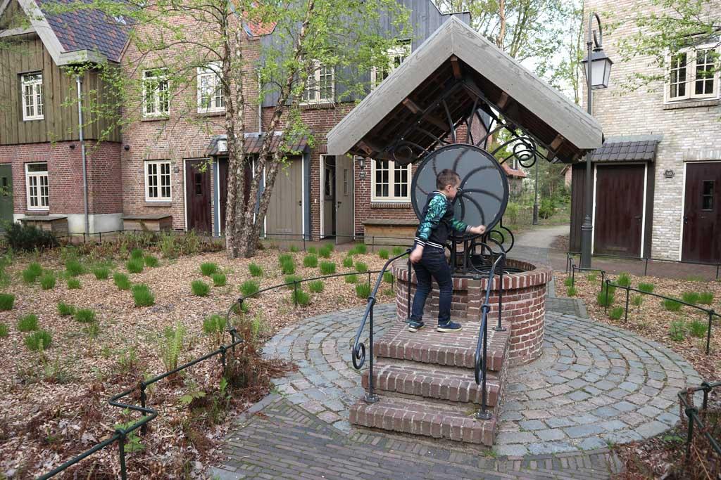 Ons huisje in Bosrijk staat aan een leuk pleintje met waterput.