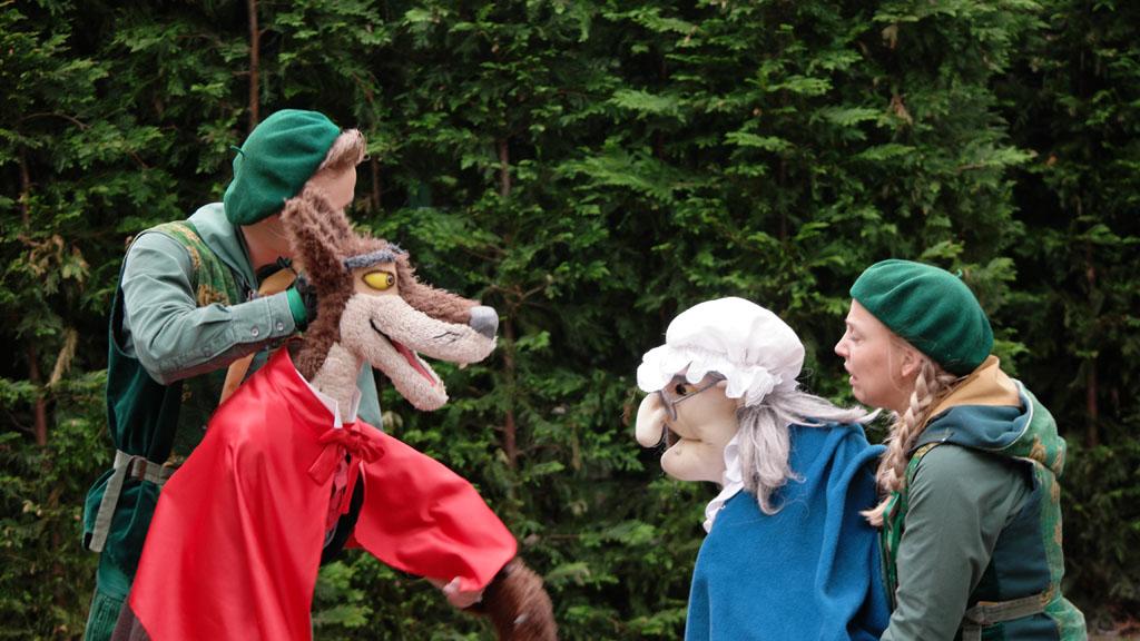De voorstelling van de Sprookjesboom is een paar keer per dag in het Sprookjesbos te zien.
