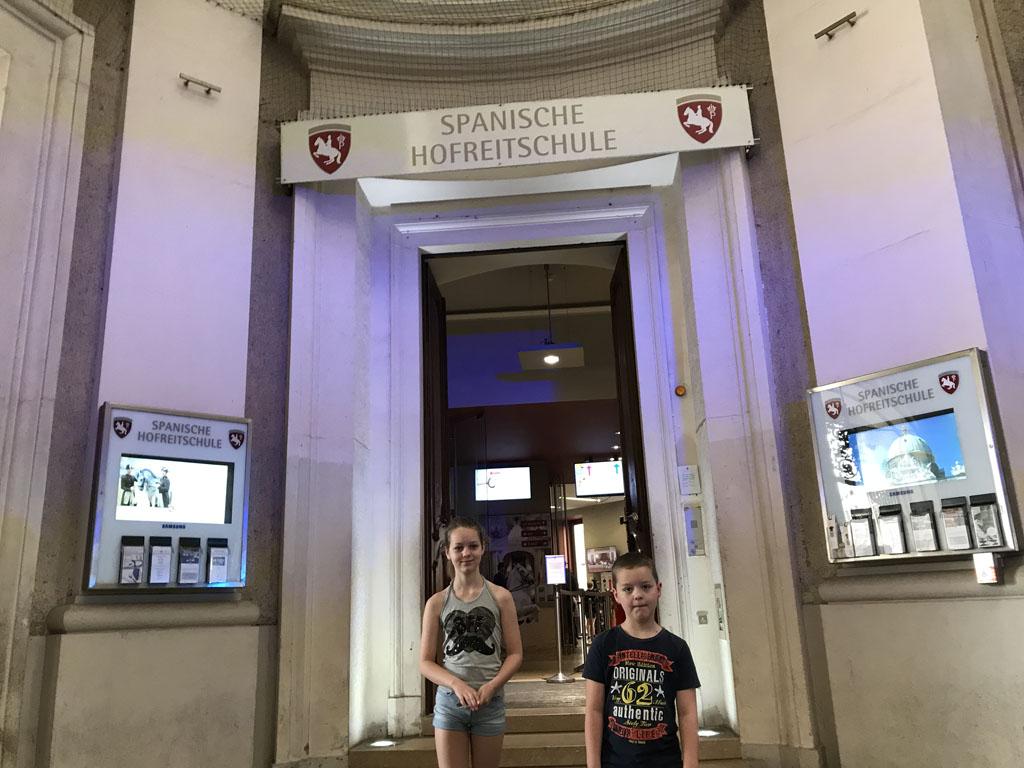 Voor de ingang. De rijzaal van de Spaanse Rijschool is te vinden in de Hofburg.