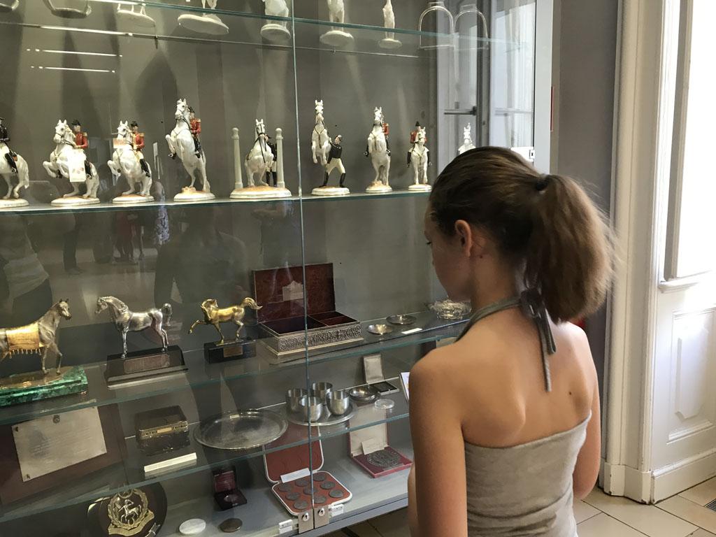 Tijdens het wachten bekijken we een vitrine vol met prijzen en beeldjes.