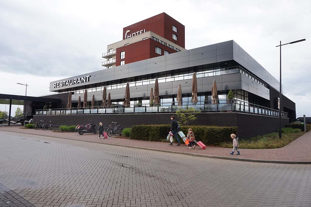 We logeren bij Van der Valk, buiten het centrum van Zwolle