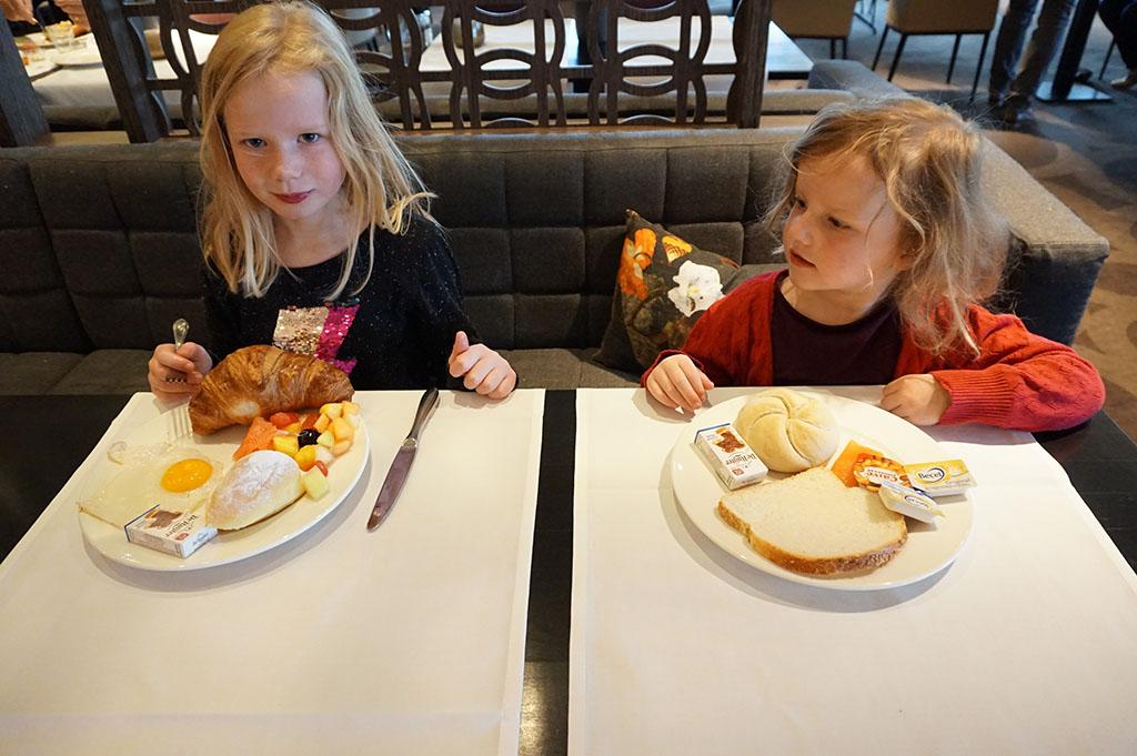 Smullen met kinderen bij Van der Valk