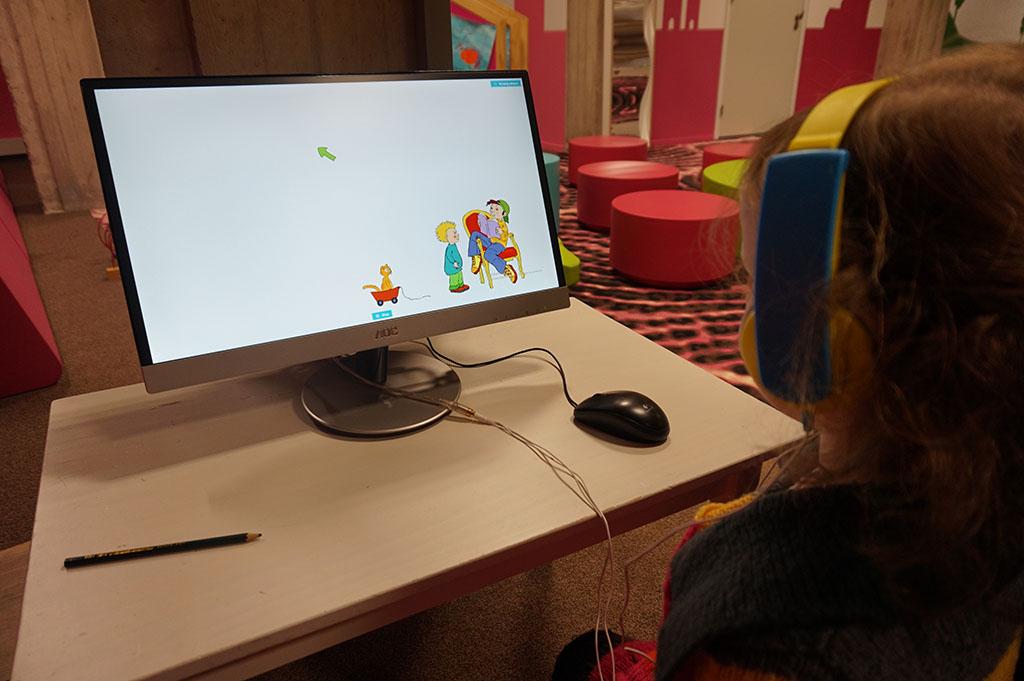 Spelletje doen op computer bij de Stadkamer