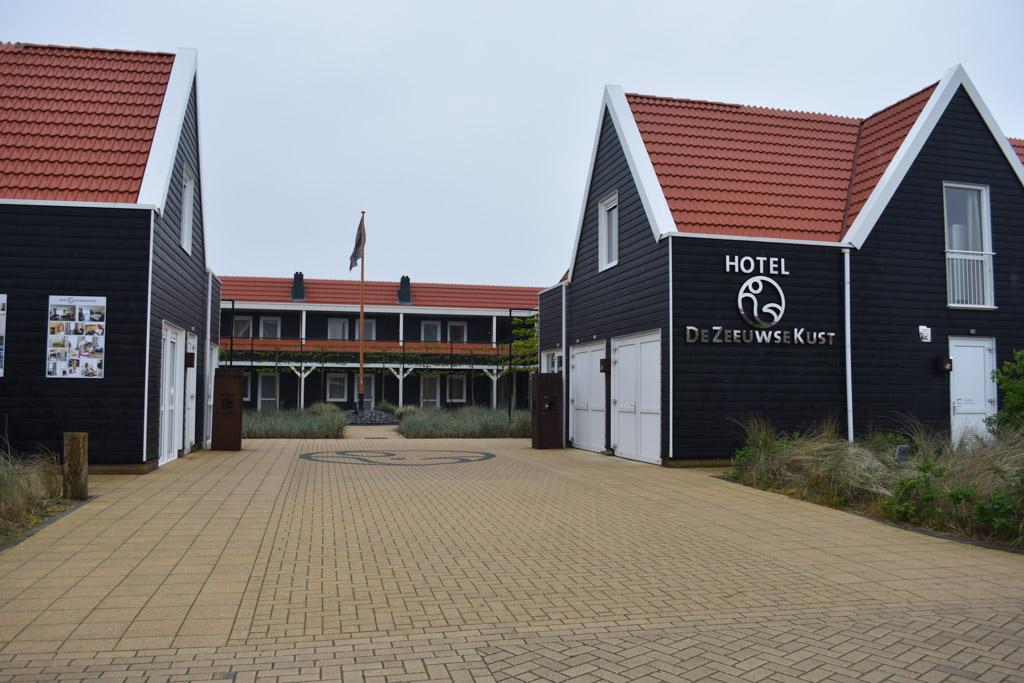 Het hotel op het strandpark