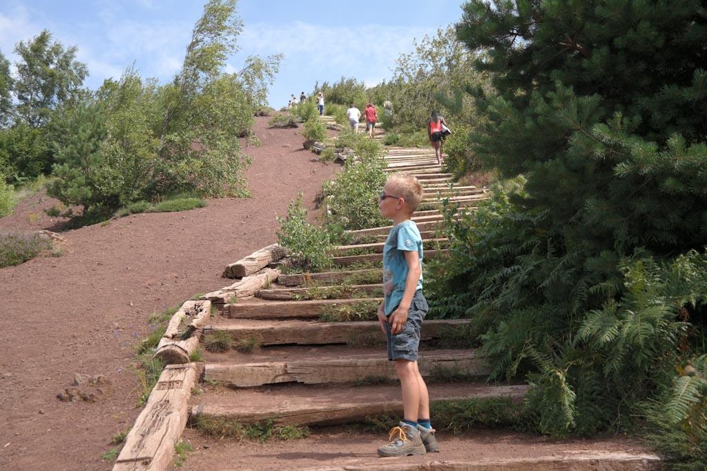 Ellenlange trappen met honderden traptreden op de oostflank van de Puy de la Vache.