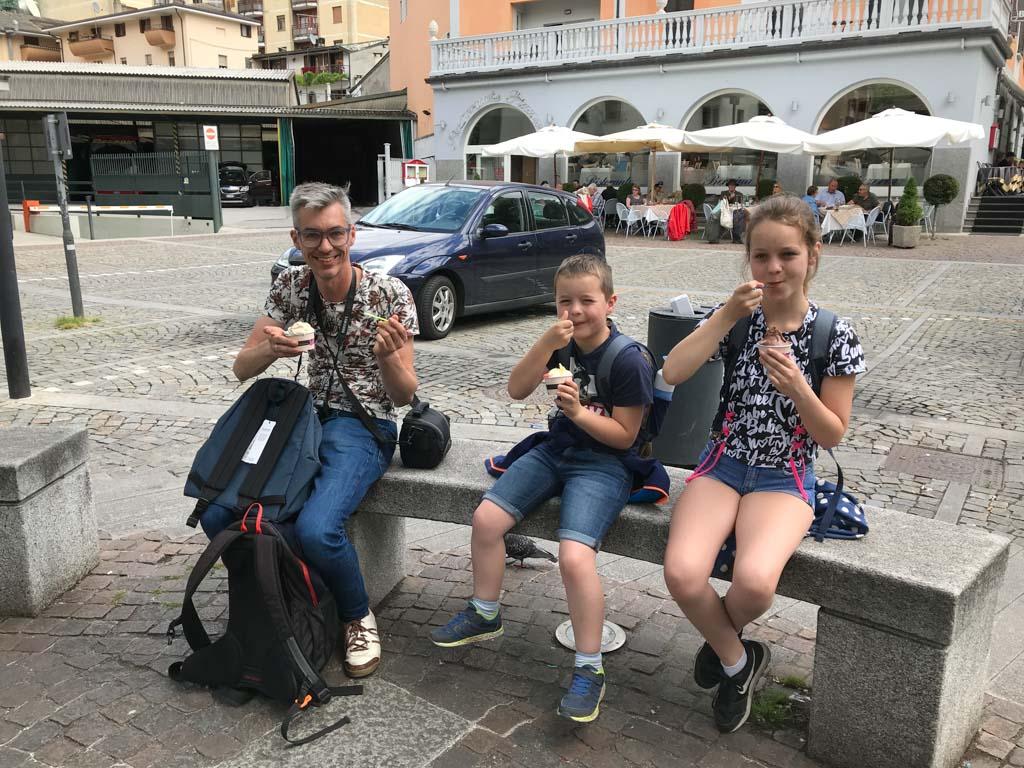 In Tirano eten we een Italiaans ijsje.