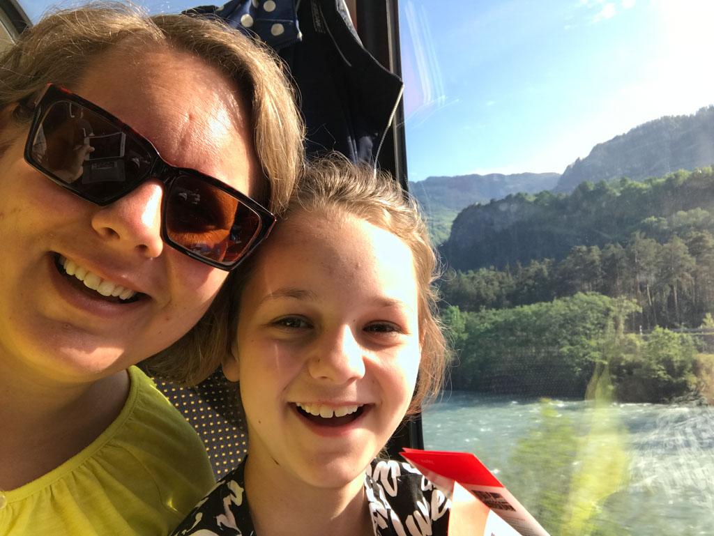Maureen krijgt echt plezier in de treinreis als ze ziet hoe mooi de route is.