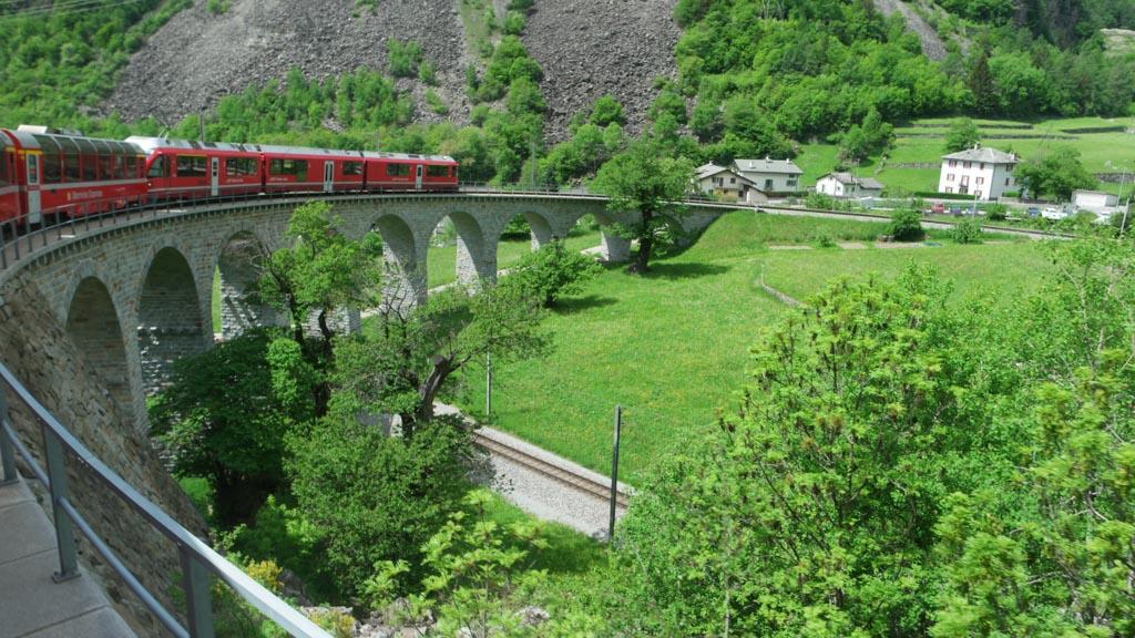 Bekend plaatje: de Bernina Express over de bogenbrug.