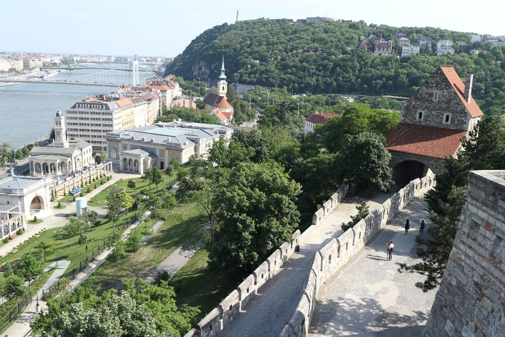 Vanaf het Burchtpaleis zien we Gellertheuvel liggen, daar gaan we later tijdens onze stedentrip Boedapest met kinderen nog heen.