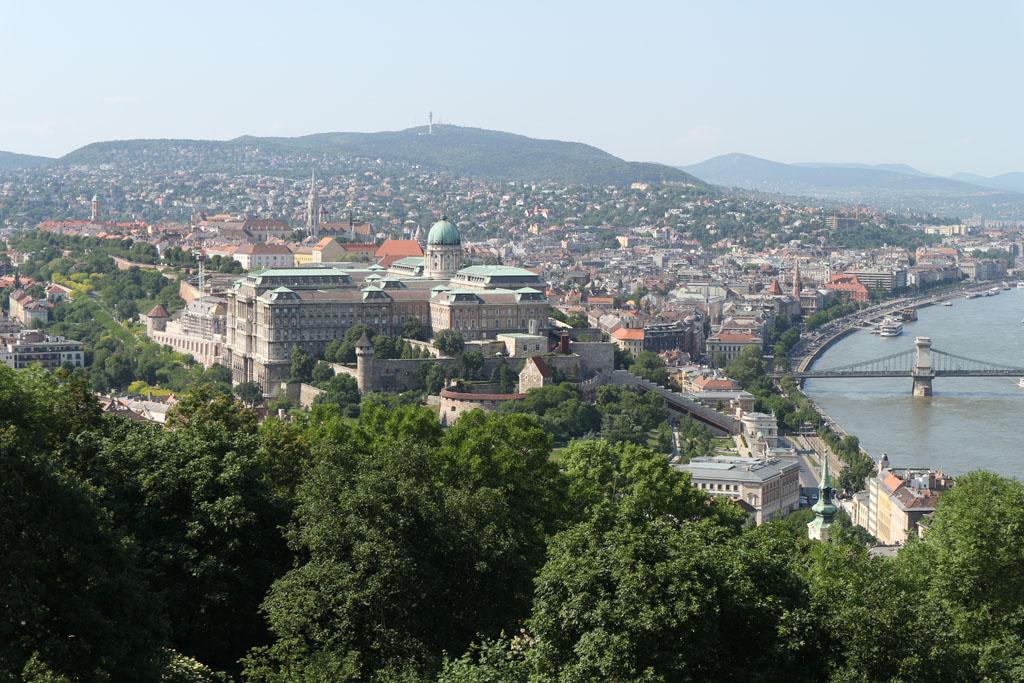 Vanaf de Gellertheuvel zien we het Burchtpaleis liggen.