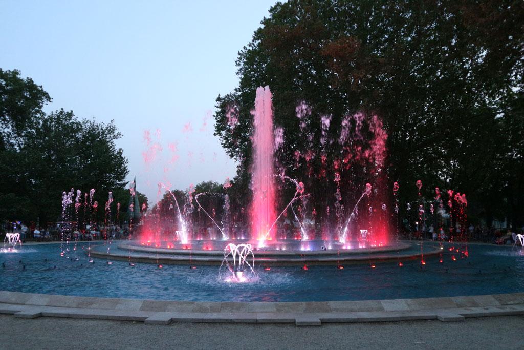Zo'n mooie combinatie van muziek, water en licht. Zeker de moeite waard om 's avonds een uurtje te kijken.
