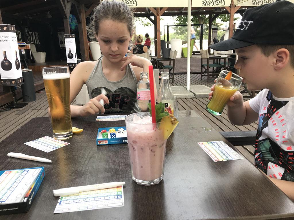 Drankje erbij en tijdens het wachten op het eten spelen we een spelletje.