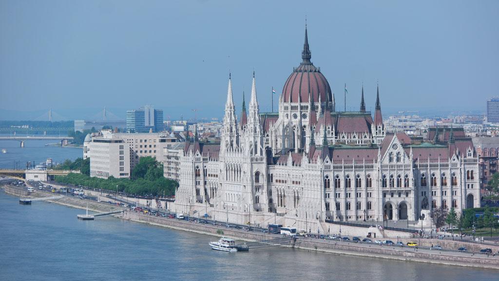 Het Parlementsgebouw gezien vanaf Boeda.