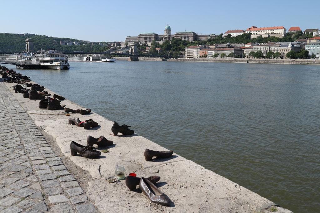 Het schoenenmonument langs de Donau is indrukwekkend om te zien.