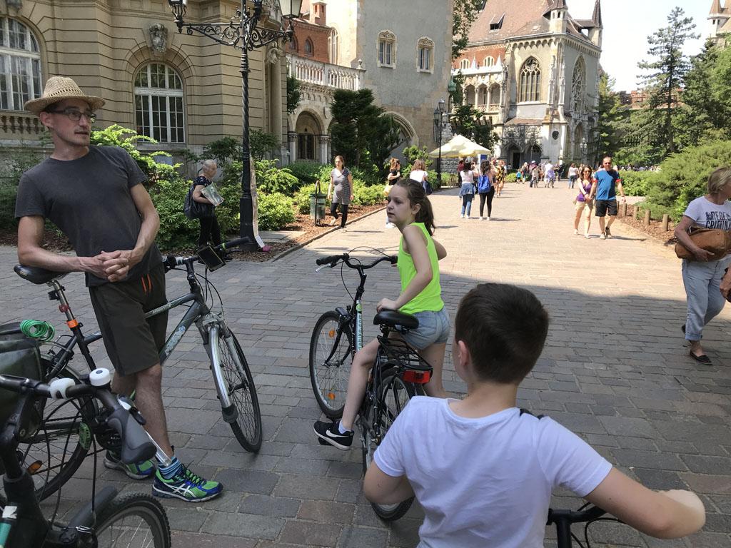 We stoppen er kort tijdens onze fietsexcursie.