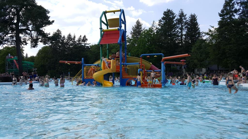 De waterspeeltuin in het ondiepe deel van het recreatiebad.
