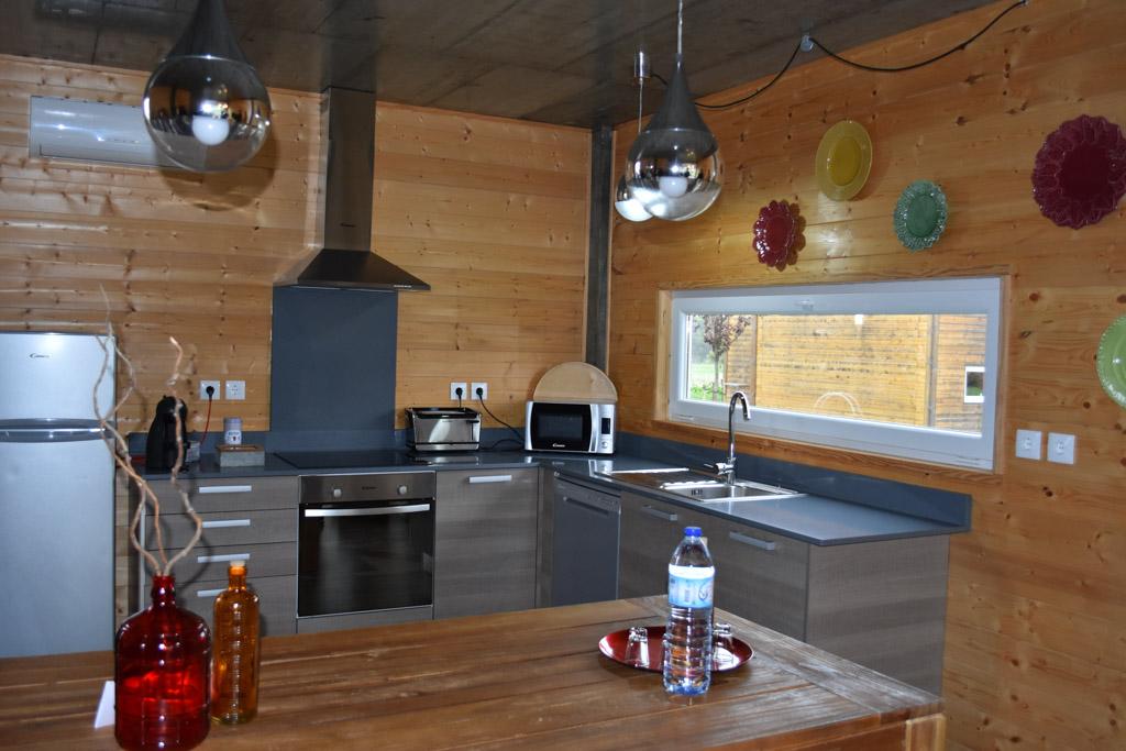 Een ruime keuken met zicht op het zwembad