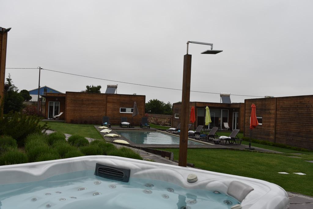 Het zwembad in het midden van de 4 huisjes