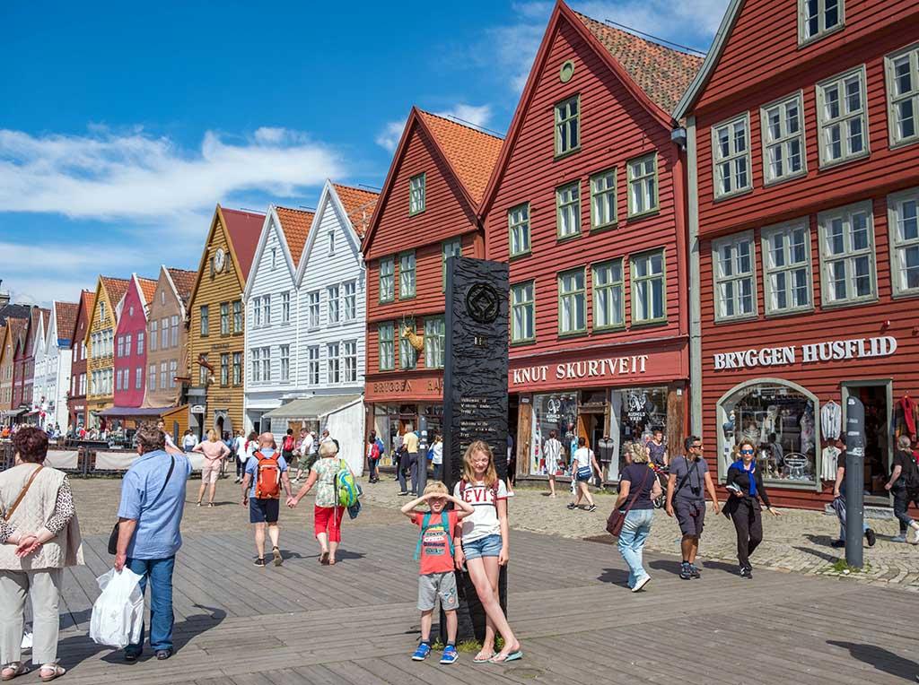 De bekende gekleurde gevels in de wijk Byggen in Bergen