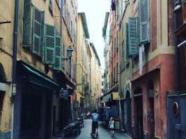 Cote-d-Azur-met-kinderen-de-kleuren-van-de-huizen-in-het-oude-Nice-zijn-prachtig