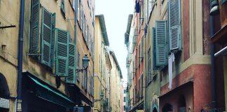 De kleuren van de huizen in het oude Nice zijn prachtig