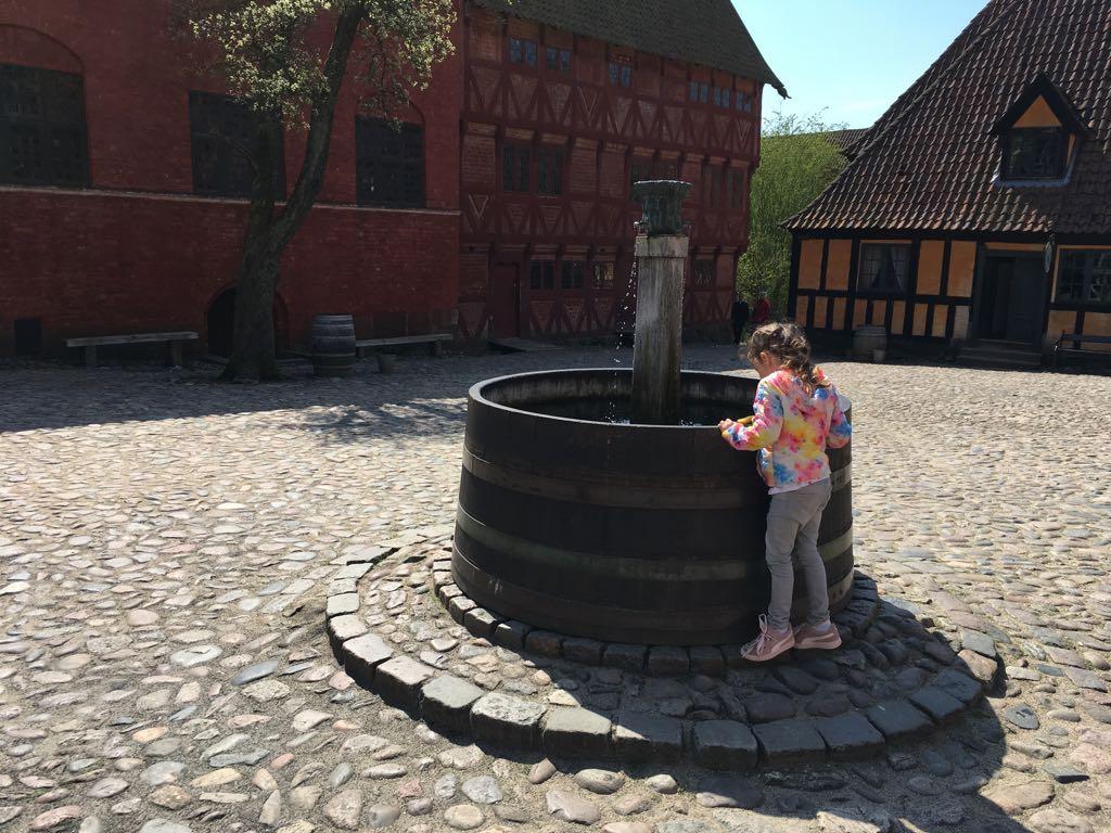 Waterput op het plein voor de burgemeesterswoning.