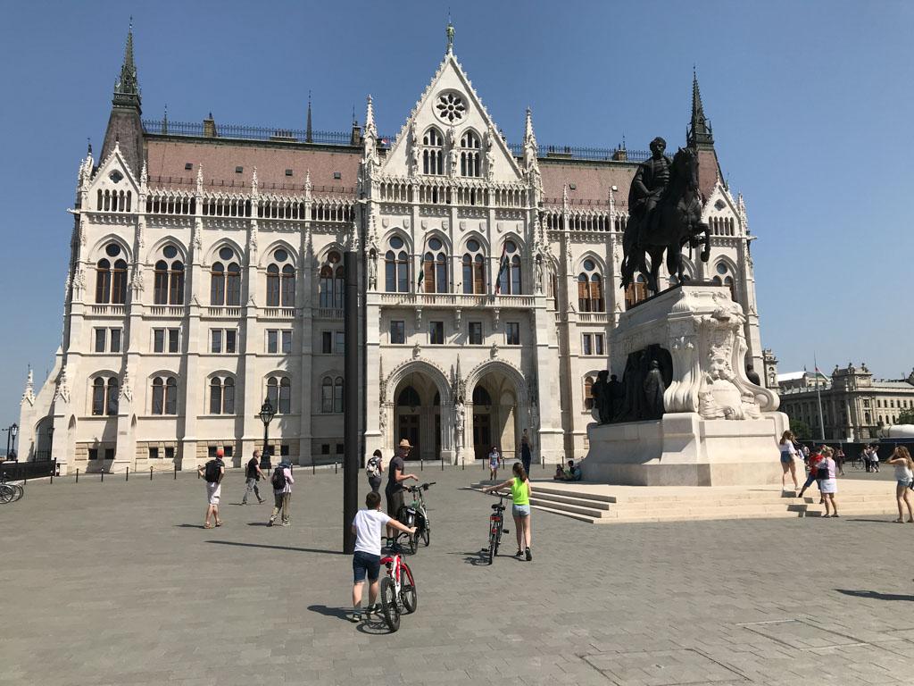 Aan de zijkant van het Parlementsgebouw staat dit beeld met o.a. Sissi erop.