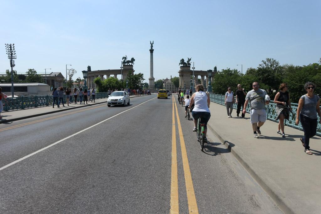 Smalle fietsstrook langs een drukke weg.