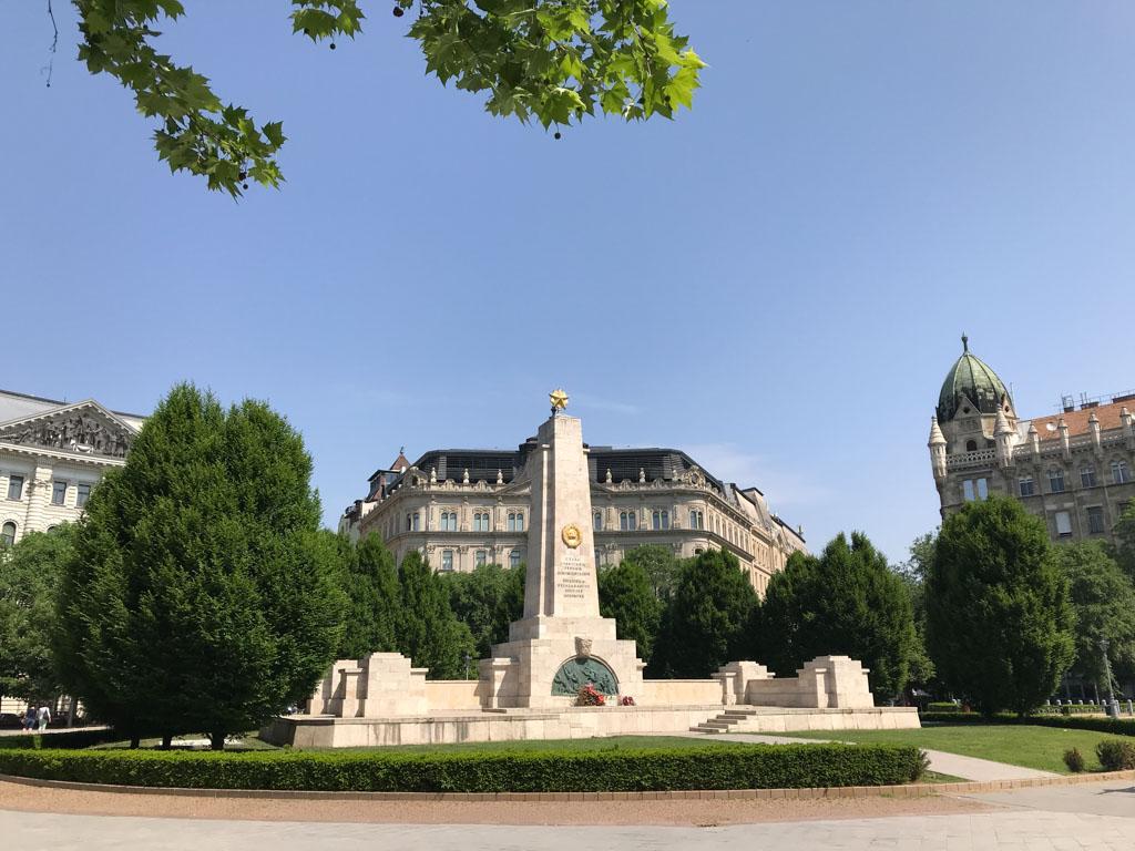 Het pro Russische monument dat vlakbij de Amerikaanse ambassade staat.